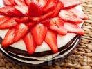 Рецепта Tорта с какаови блатове, бял крем от маскарпоне, сметана и кондензирано мляко и украса от пресни ягоди